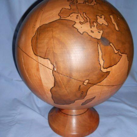 Weltkugel aus Apfelholz gebeizt dm 350 mm höhe 430 mm
